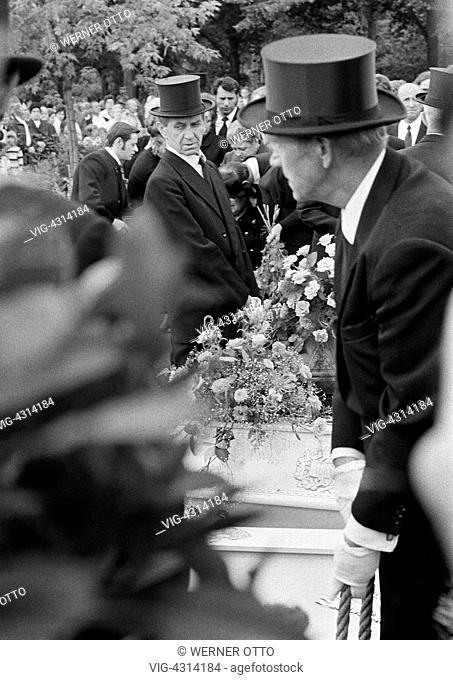 DEUTSCHLAND, BOTTROP, 31.07.1972, Seventies, black and white photo, people, death, burial, mourning, pallbearer, casket, mourning clothes, silk hat
