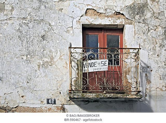 For Sale sign - Se Vende - in the spa town of Monchique, Algarve, Portugal