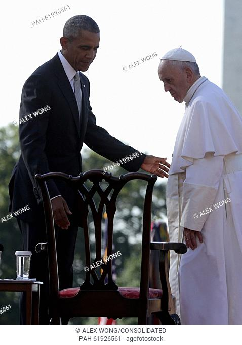 (L-R) U.S. President Barack Obama guides Pope Francis to his chair during his arrival ceremony at the White House on September 23, 2015 in Washington, DC