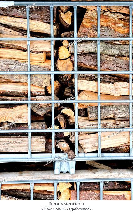 Brennholz in Gitterpaletten, Firewood in mesh boxes