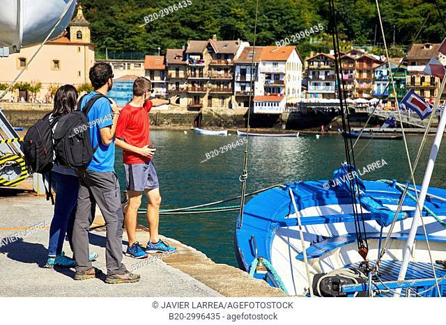 Group of tourists and guide making a tour of the Camino de Santiago, St. james Way, Pasai Donibane, Pasajes de San Juan, Gipuzkoa, Basque Country, Spain, Europe
