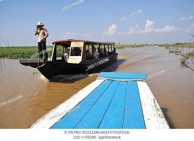 Kampong Khleang (Cambodia): a boat on the Tonle Sap lake