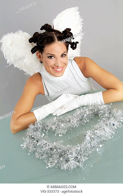 Weihnachtsengel - Engel mit silbernem Kleid und Herz aus Sternenlametta - 12/09/2006