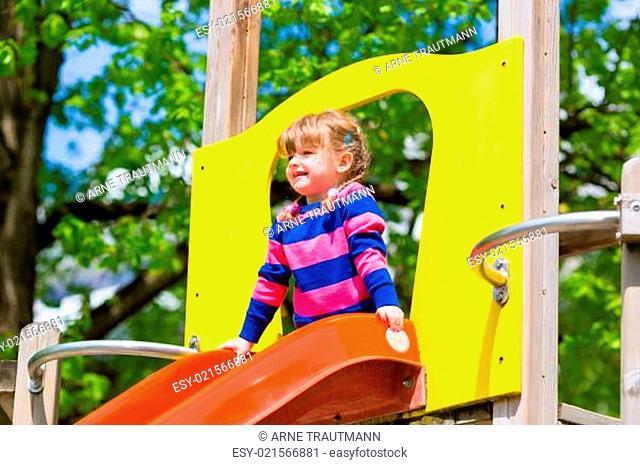 Kleines Kind auf einem Klettergerüst