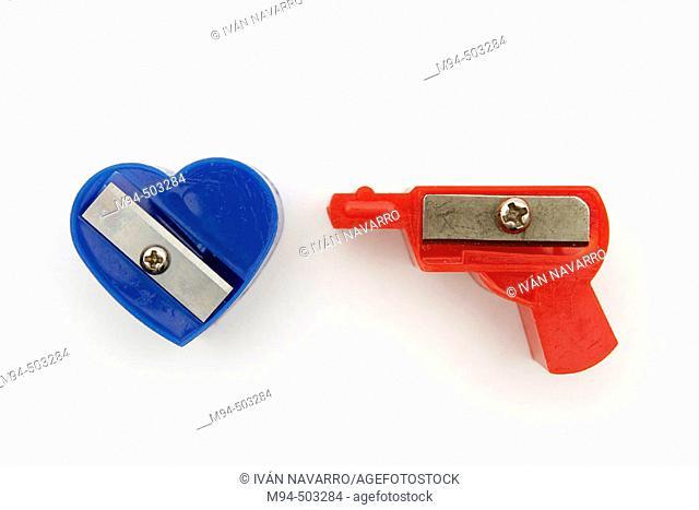Sacapuntas, pistola apuntando a un corazón