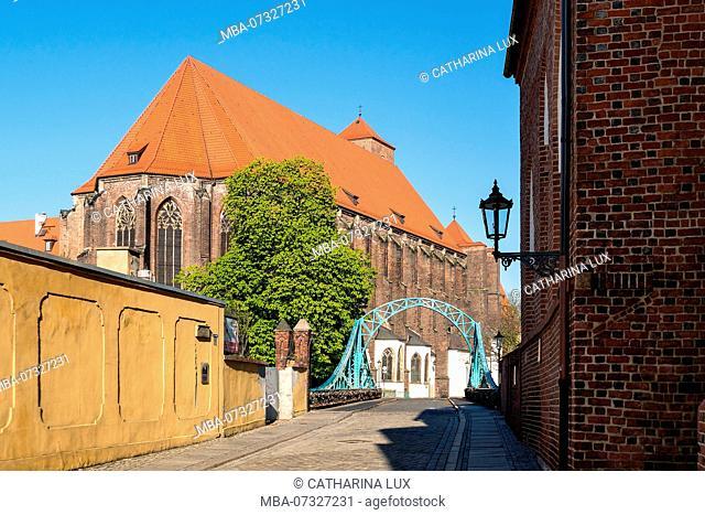 Poland, Wroclaw, Tumski Bridge between the islands of Wyspa Piasek and Ostrów Tumski, Church of our Lady on the Sand