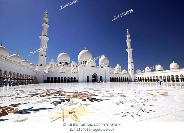 The mosque courtyard. United Arab Emirates, UAE, Abu Dhabi, Sheikh Zayed Grand Mosque