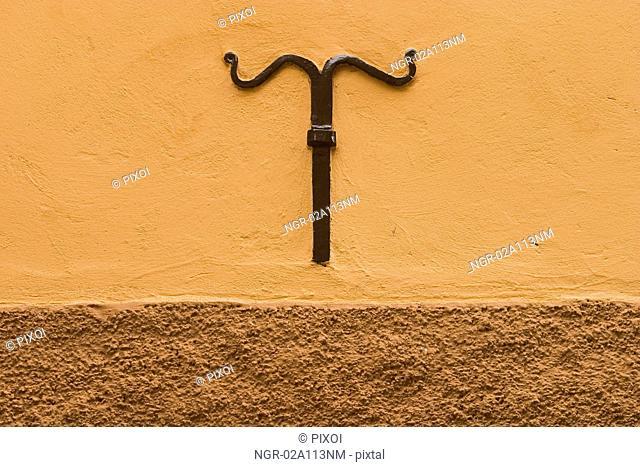 Metal detail in wall