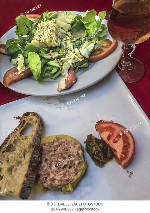 France, Nouvelle Aquitaine, Dordogne, at sarlat, ''goodies'' from the area: ''Salade Sarladaise'' with smoked ''Magret de canard'' and ''Cabechou'' goats cheese