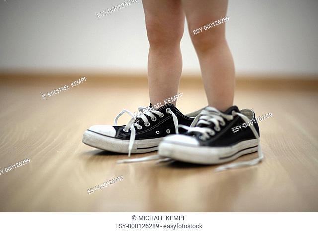 Kind mit zu großen Schuhen