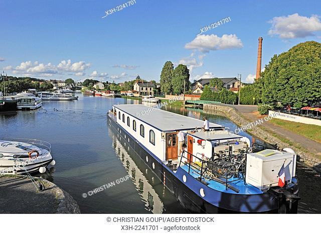 houseboat on Canal lateral a la Loire, Briare, department of Loiret, Centre region, France, Europe