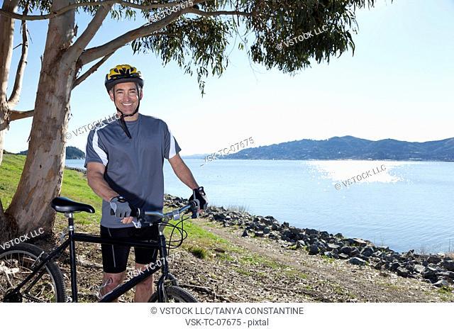 USA, California, Tiburon, Cyclist at lakeside