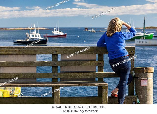 USA, Maine, Cape Porpoise, visitor on village pier
