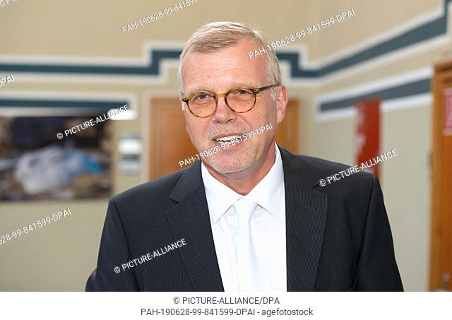28 June 2019, North Rhine-Westphalia, Detmold: Johannes Salmen, lawyer and defender of the accused Andreas V., admitted to the Regional Court