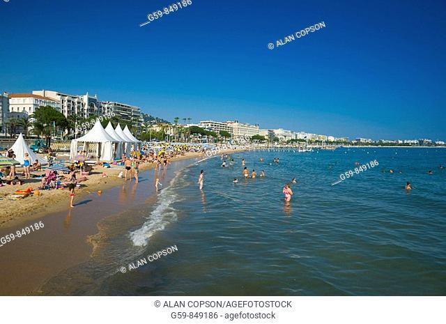 France Provence-Alpes-Côte d'Azur Cannes Boulevard de la Croisette and beach