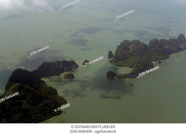 Die Landschaft von Ao Phang Nga nationalpark bei der Insel Phuket im sueden von Thailand in Suedostasien