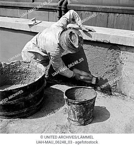 Ein Maurer beim Verputzen an einem Haus in Herne, Deutschland 1930er Jahre. A brick layer doing some plaster work at a house in Herne, Germany 1930s