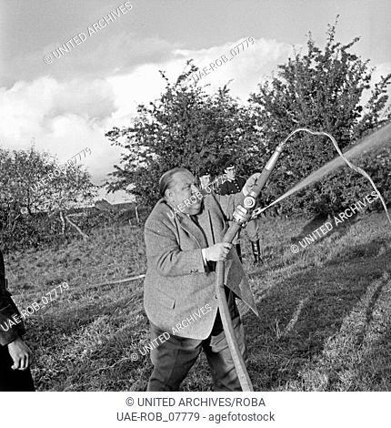 Der Hamburger Volksschauspieler Walter Scherau dreht ein Special im Dorf Berlin im Kreis Segeberg, Deutschland 1950er Jahre