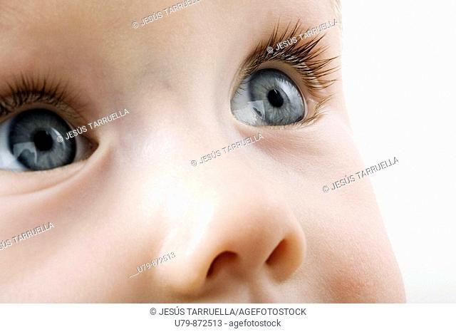 Primer plano de rostro de niño con ojos azulados