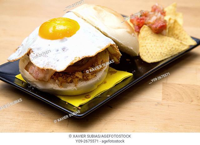 Sandwith huevo frito con bacon