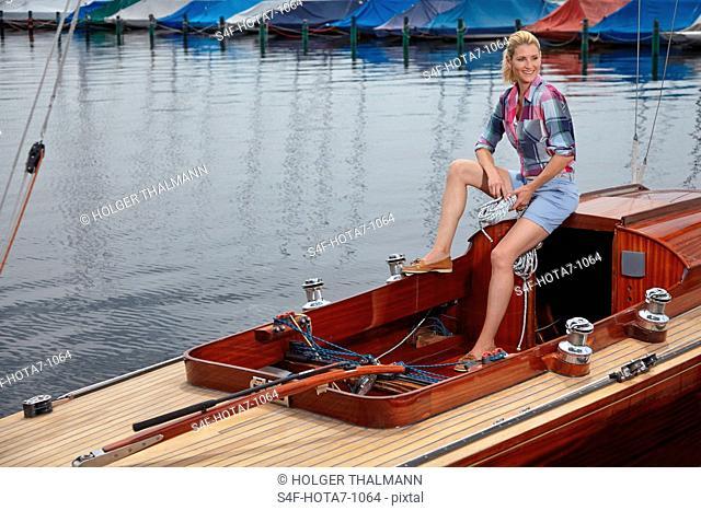 Deutschland, Bayern, Starnberger See, Frau auf einem Segelboot