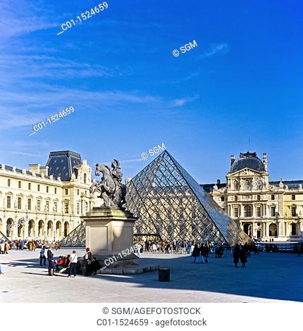 Glass pyramid with 'Pavilion Richelieu' and 'Pavillion de L'Horloge' wings, Louvre museum, Paris, France