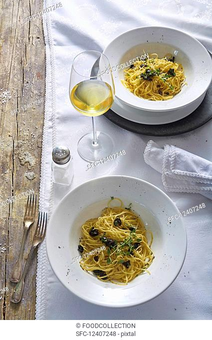 Spaghetti with olives and thyme