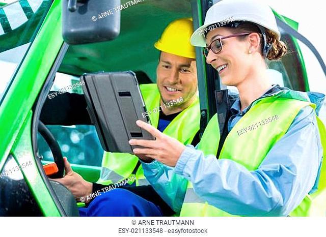 Bauarbeiter schüttelt Bauleiter die Hand auf Baustelle