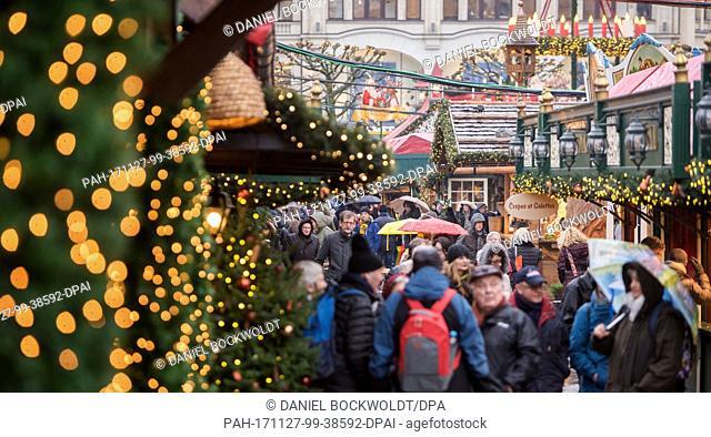 Visitors walk across the Roncalli Christmas market at the Rathausmarkt square in Hamburg,Germany, 27 November 2017. Photo: Daniel Bockwoldt/dpa