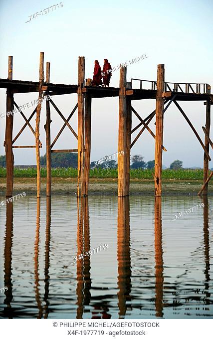 Myanmar (Burma), Mandalay, U Bein bridge at Amarapura, Taung Thama lakeÂ