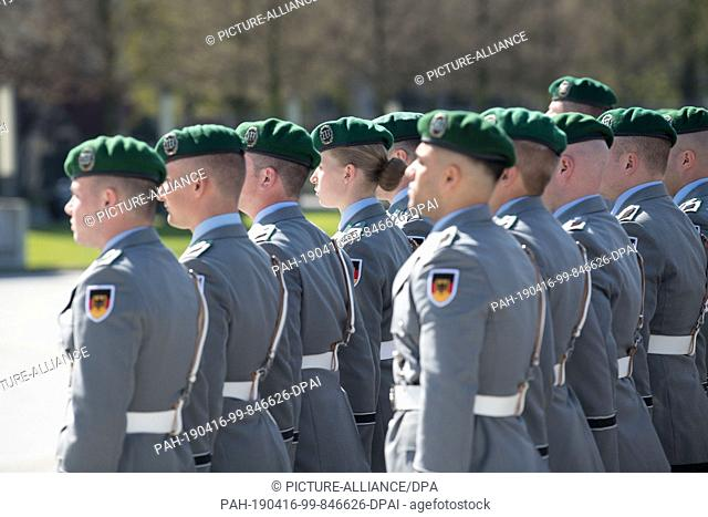 16 April 2019, Berlin: On the occasion of the visit of the Latvian Minister of Defence, the guard battalion, including a female soldier, took up her position