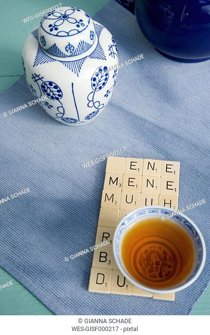 Table mat of rime, tiles and Asian tea bowl