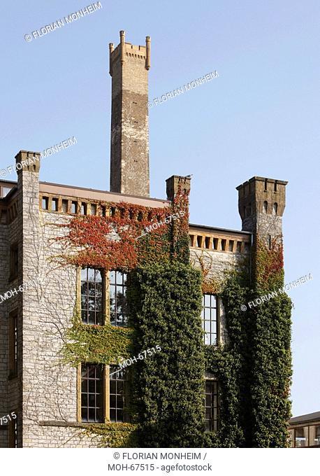 Hauptgebäude mit Schornstein heute Volkshochschule