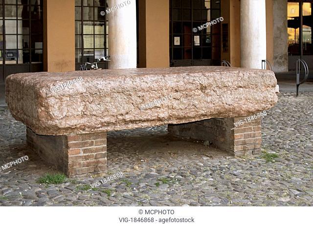 Image of the Pietra Ringadora in Modena, Emilia-Romagna, Italy.Die Pietra Ringadora in Modena, Emilia-Romagna, Italien. Die steinerne Tribüne vor dem Gebäude