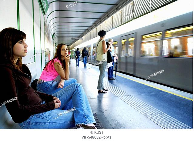 Zwei Frauen warten auf U-Bahn. - Austria, 25/07/2007