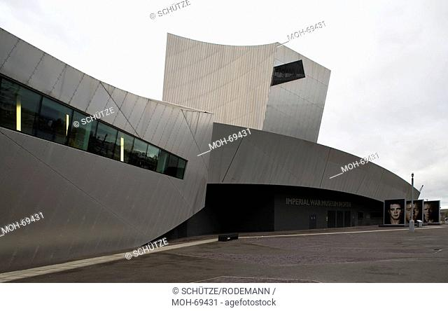 Manchester. Das vom Architekt Daniel Libeskind entworfene Imperial War Museum North zeigt eine militärhistorische Sammlung und ist mit einer Fußgängerbrücke mit...