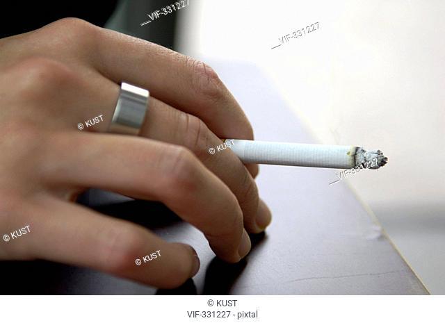 Frauenhand haelt eine brennende Zigarette - 23/07/2005