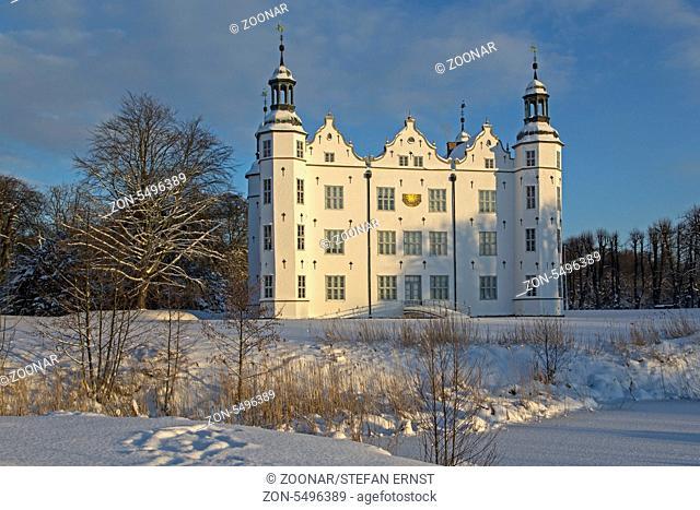 Ahrensburger Schloss im Winter, Schleswig Holstein, Deutschland / Ahrensburger castle with snow, Schleswig Holstein, Germany