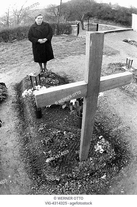 DEUTSCHLAND, KALENBORN, KAISERSESCH, 21.04.1973, Seventies, black and white photo, people, death, mourning, churchyard, older woman stands at a tomb