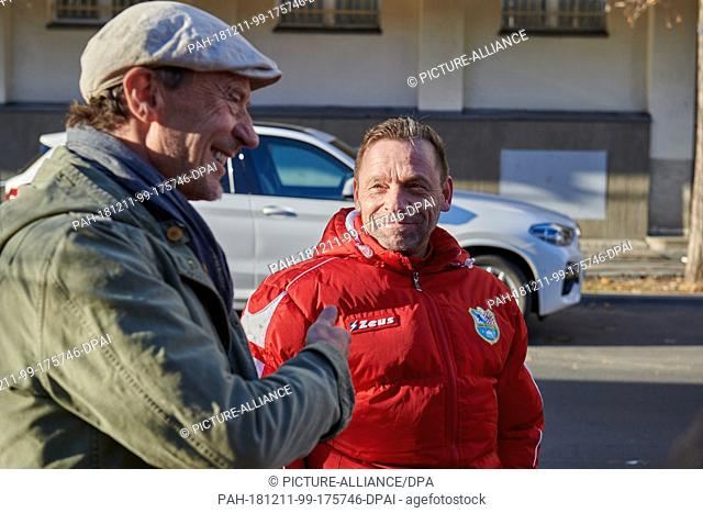 05 December 2018, Berlin: Thomas Hässler football coach of Berlin United and former national player (l) distributes hot drinks to the needy on the day of the...