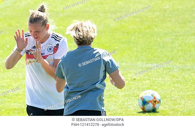 16.06.2019, France, Montpellier: Football, Women: World Cup, National Team, Germany, final training: Alexandra Popp (l) walks past Martina Voss-Tecklenburg