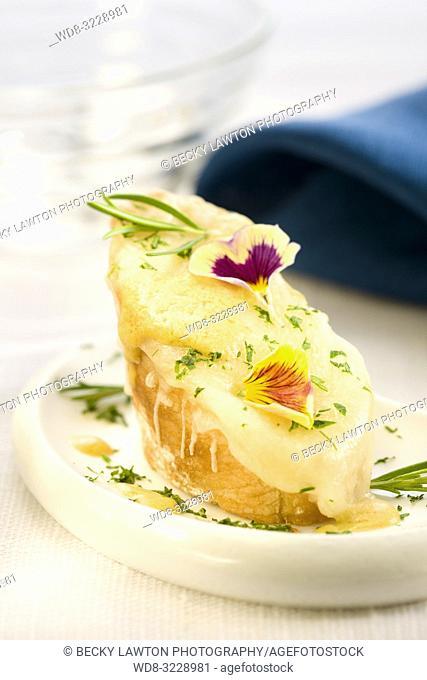 Montadito de queso emmental con mostaza y perejil