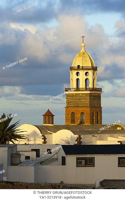 Espagne, Iles Canaries, Lanzarote, ville de Teguise, clocher de Iglesia de Nuestra Senora de Guadalupe / Spain, Canary islands, Lanzarote, Teguise town