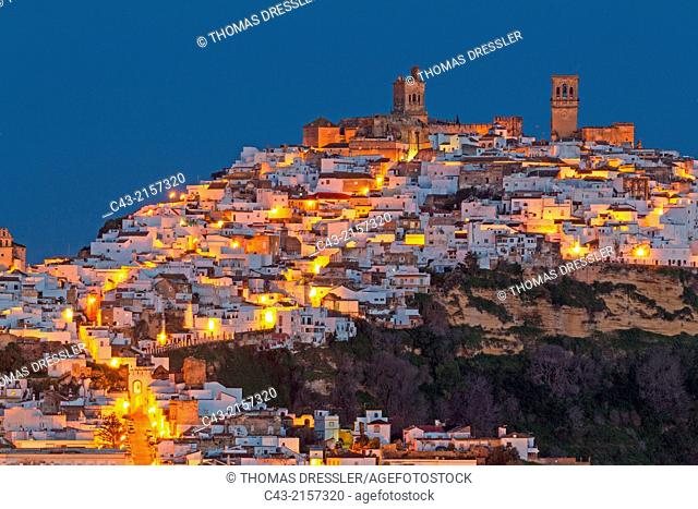 The White Town of Arcos de la Frontera on a limestone rock at dawn. Arcos de la Frontera, Cádiz province, Andalusia, Spain