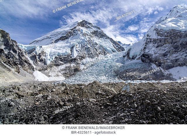 View across the Kumbhu Glacier towards the Kumbhu Icefall, Khumbutse (6665m) mountain behind, Gorakshep, Solo Khumbu, Nepal