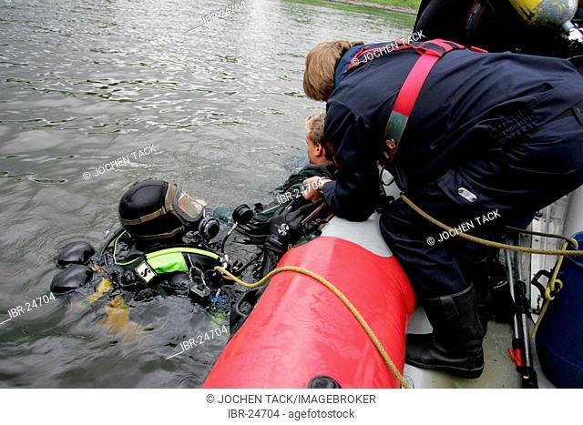 DEU, Federal Republic of Germany, Duisburg: Rescue diver of a fire brigade