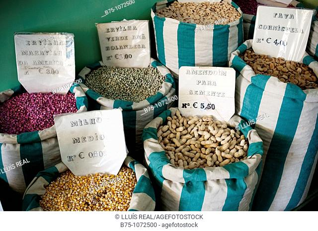 Lisboa, Portugal, tienda de legumbres, cacahuetes, habas, lentejas, Lisbon, Portugal, store legumes, peanut, beans, lentils