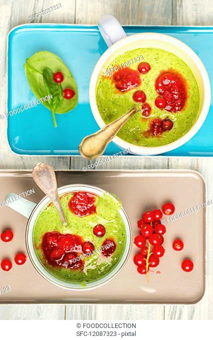 Kiwi, spinach & banana smoothie with redcurrants