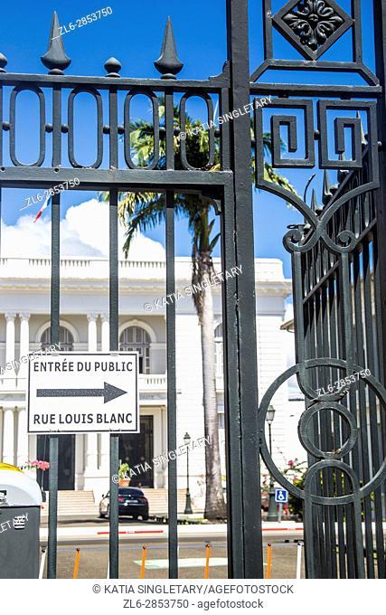 Entree du public du Louis Blanc sign for the public on a wrought Iron gate