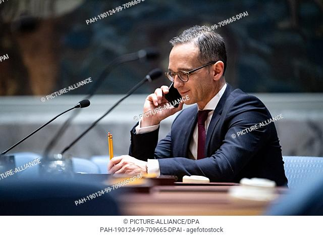 24 January 2019, US, New York City: Heiko Maas (SPD), Foreign Minister, sits one day before the meeting with a smartphone in his hand in the hall of the United...